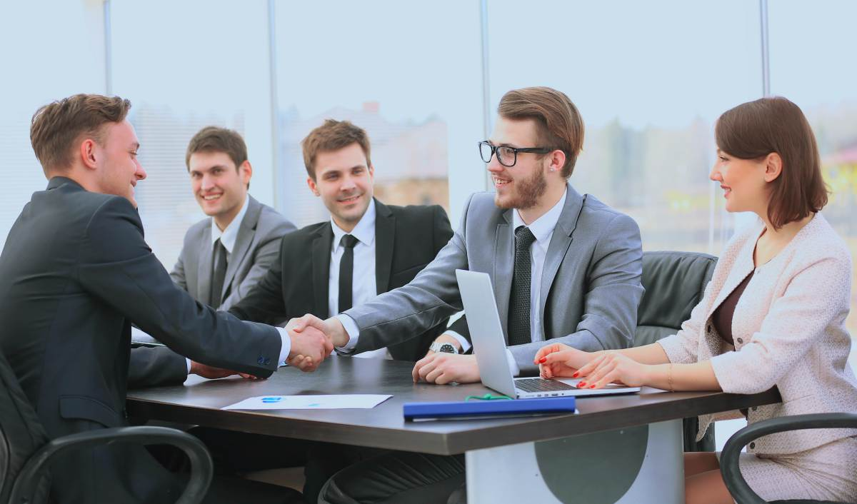 business people shaking hands | What Is The Best Mutual Fund To Invest In For You? | best mutual fund to invest in | mutual funds investing