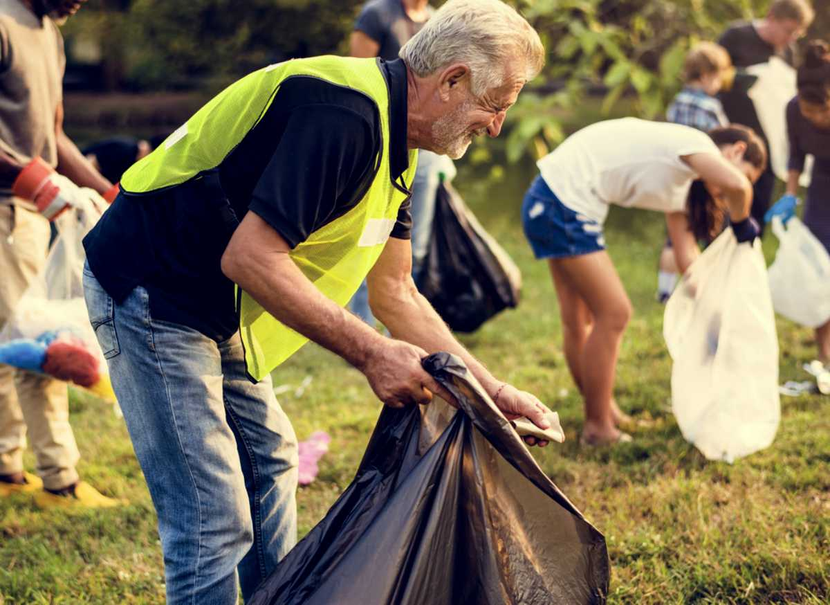 volunteers cleaning park   Great Retirement Ideas   Things To Do When You Retire   Inside Your IRA