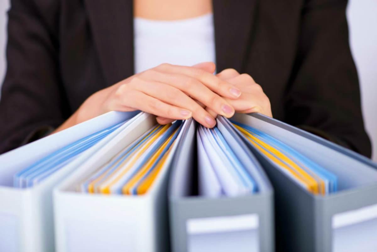 woman holding binders | How To Choose the Right IRA Custodian | Inside Your IRA | ira custodian